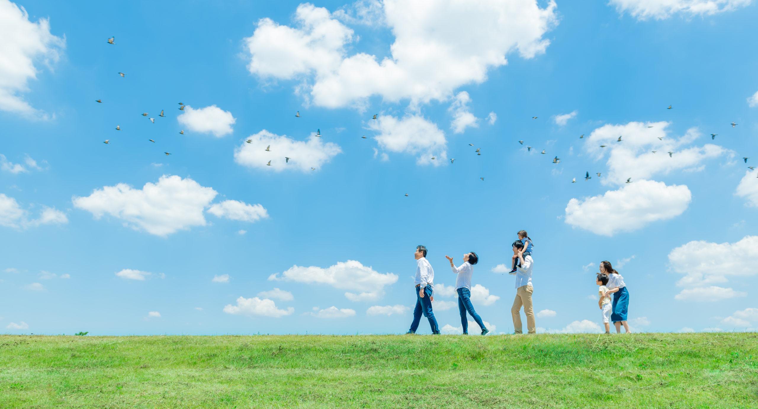 広がる青空と家族たち